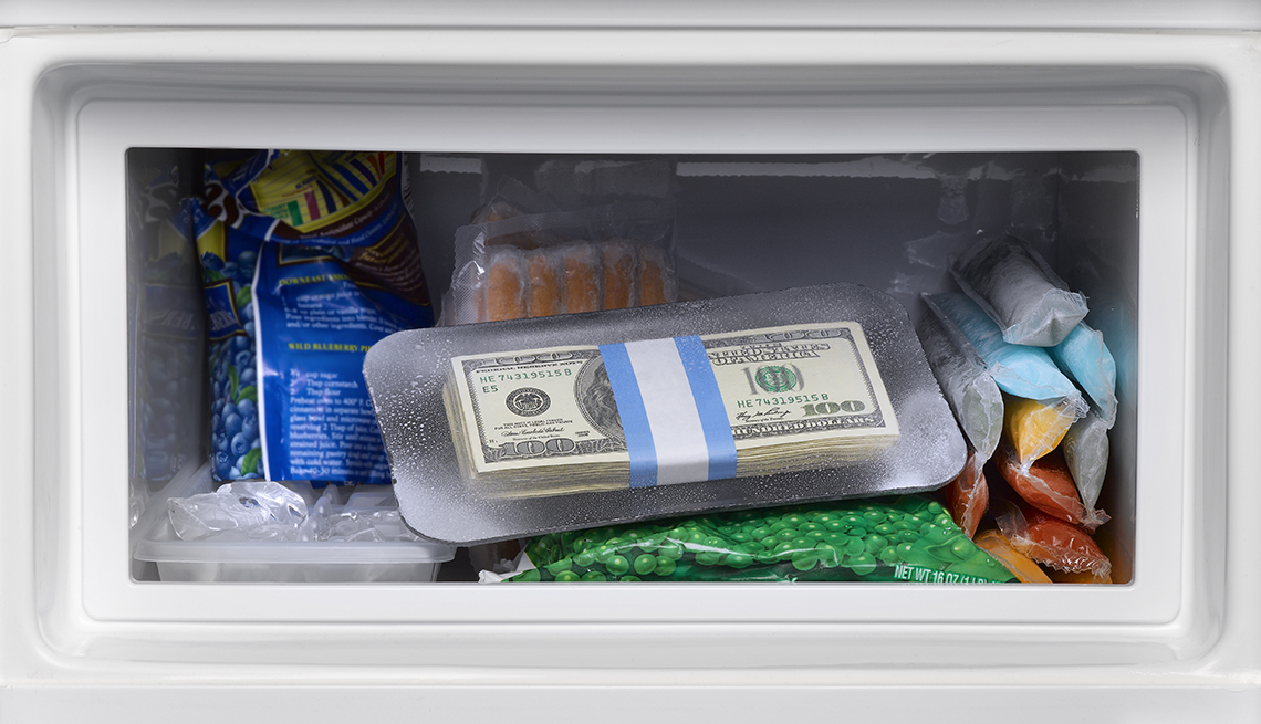 Billetes de dolar en el congelador