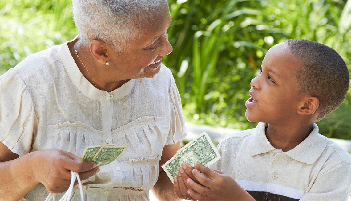 Abuela entrega dinero a su nieto