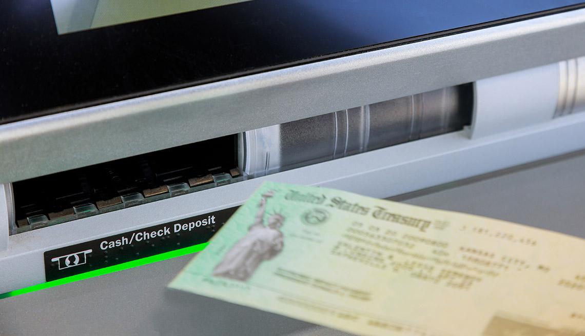 Cheque de estímulo que se va a depositar en un cajero automático