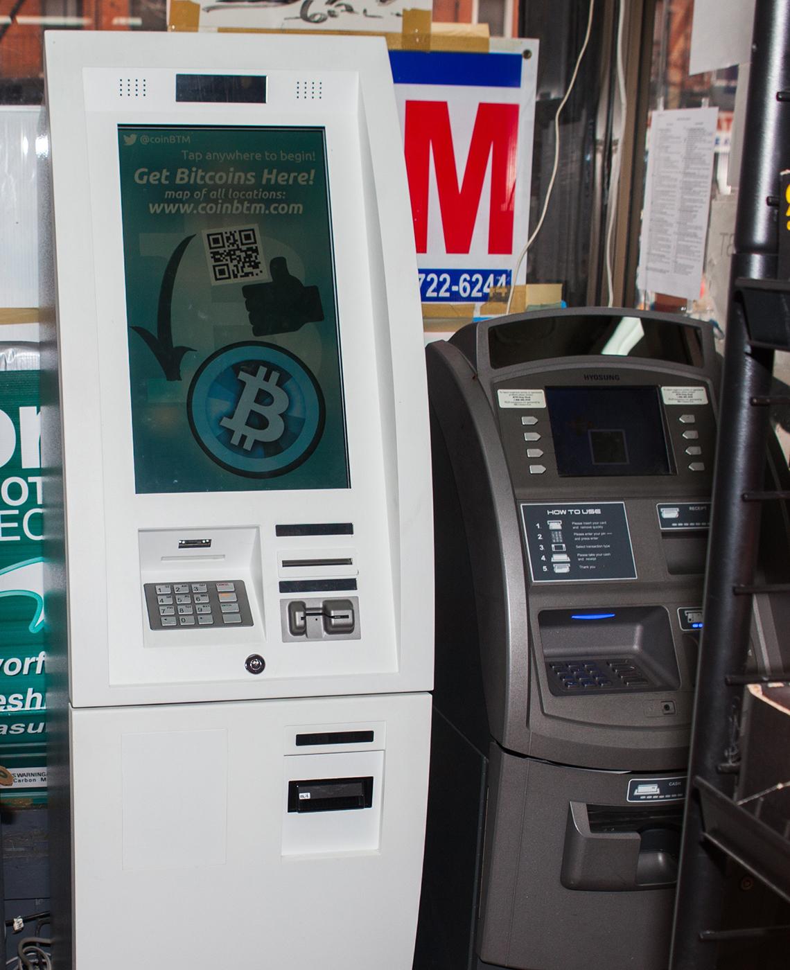 Máquina de bitcóin al lado de un cajero automático en una tienda en Nueva York, enero 14, 2016.