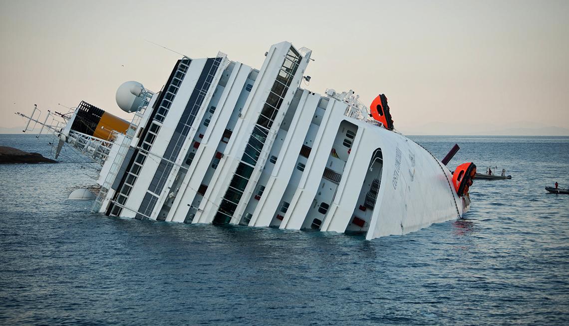 Foto del crucero Costa Concordia cuando encalló cerca de  Giglio, Italy en 2012.