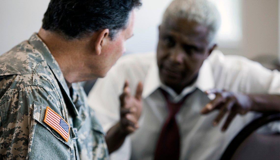 Un civil hablando a un militar