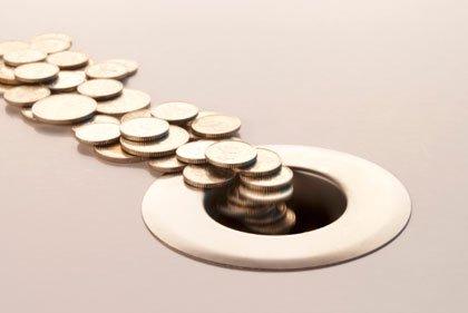 Monedas iendo a un cifón