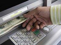 Hombre sacando dinero de una cajero automático - Algunos teclados de sus cajeros automáticos pueden traerle problemas