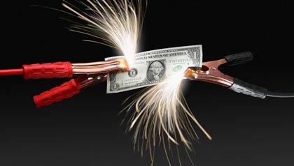 Estafas en los servicios publicos van en aumento: unos cables de batería conectados a un billete de dólar