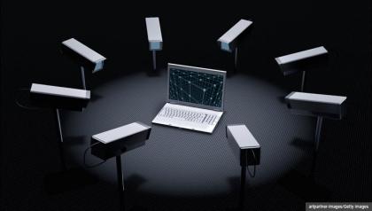 El suministro de información personal en las redes sociales pueden ayudar a los ladrones de robar su identidad.