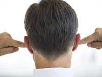 Noticias sobre estafas que puede ignorar - Hombre de espaldas tapádonse las orejas