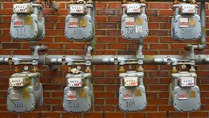 Medidores de electricidad en una pared de ladrillo - Contras que surgen en un clima frío, en relación con su factura de servicios públicos.