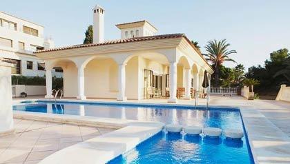 Alquiler casa con piscina y palmeras