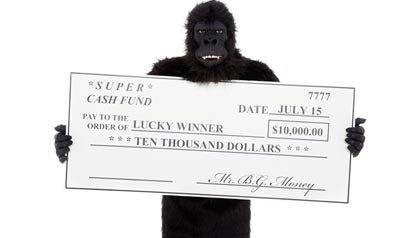 Persona disfrazada de gorilla con un cheque falso - Protéjase contra las estafas falsas de la lotería.