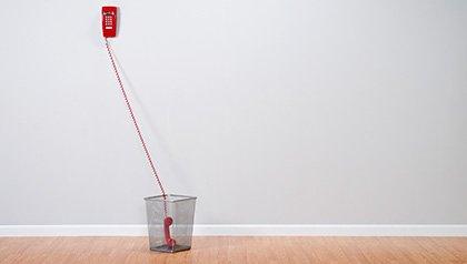 Teléfono en el cesto de basura - Poner fin a las llamadas telefónicas automáticas.