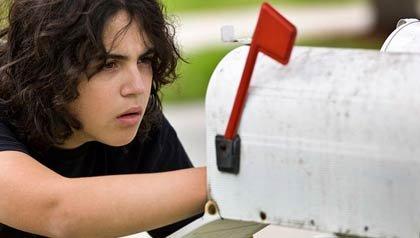 Un joven roba el correo de un buzón, Alerta de Fraude: Principios de la temporada de declaración de impuestos
