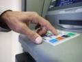 Hombre usando una ATM - Lugares donde nunca debe usar su tarjeta débito