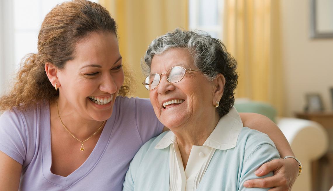 Madre e hija abrazándose, incentivos fiscales disponibles para los cuidadores de personas mayores.