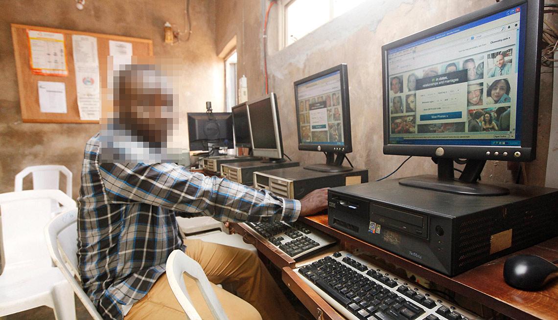Ex estafador muestra cómo se puede burlar a otra persona desde un cyber café