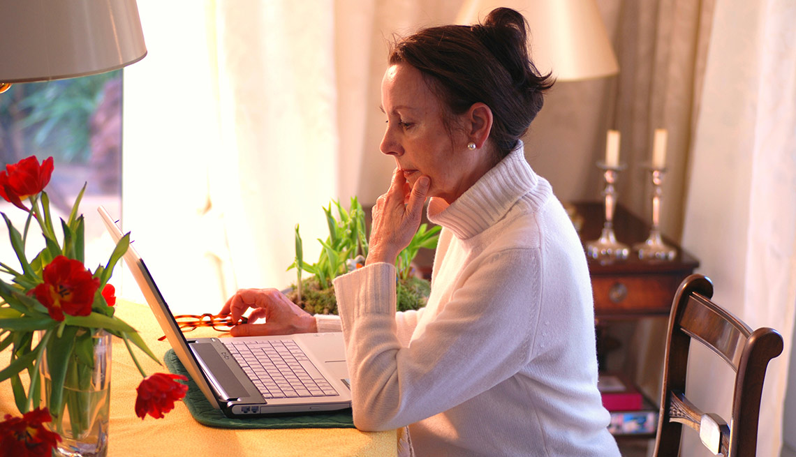 Mujer frente a la computadora