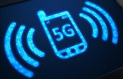 Ilustración de un teléfono móvil con una onda de señal - Consejos para estar seguro en una red wifi pública.