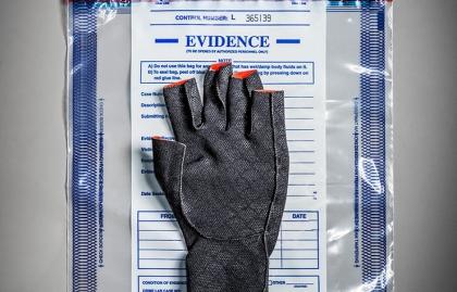 Guante sobre documentos confidenciales