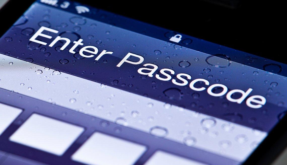 Formas de protegerte contra el robo de identidad - Imagen de un móvil y con la pantalla de ingresa tu contraseña