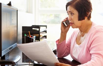 Cómo distinguir si es apoyo técnico o estafa - Mujer preocupada habla por teléfono
