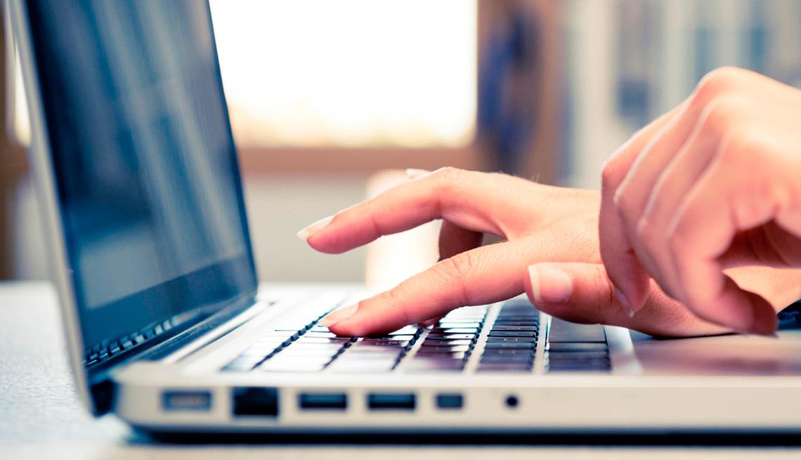 Manos de una mujer en el teclado de una computadora personal - Qué hacer si su correo electrónico es pirateado
