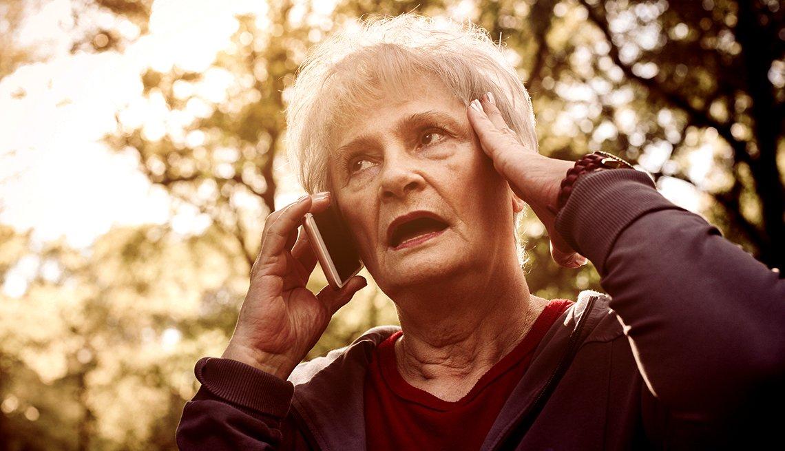Mujer mayor hablando por un teléfono móvil.