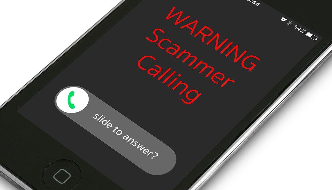 Iphone con un el texto en inglés 'alerta estafador llamando'