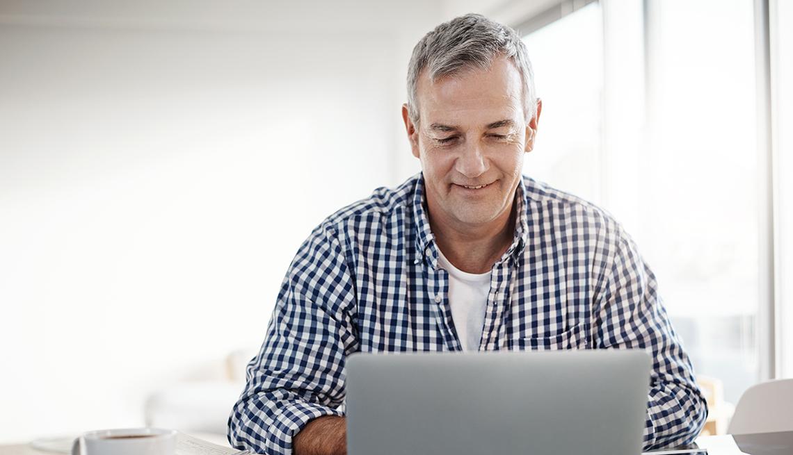 item 2 of Gallery image - Hombre trabajando frente a una computadora