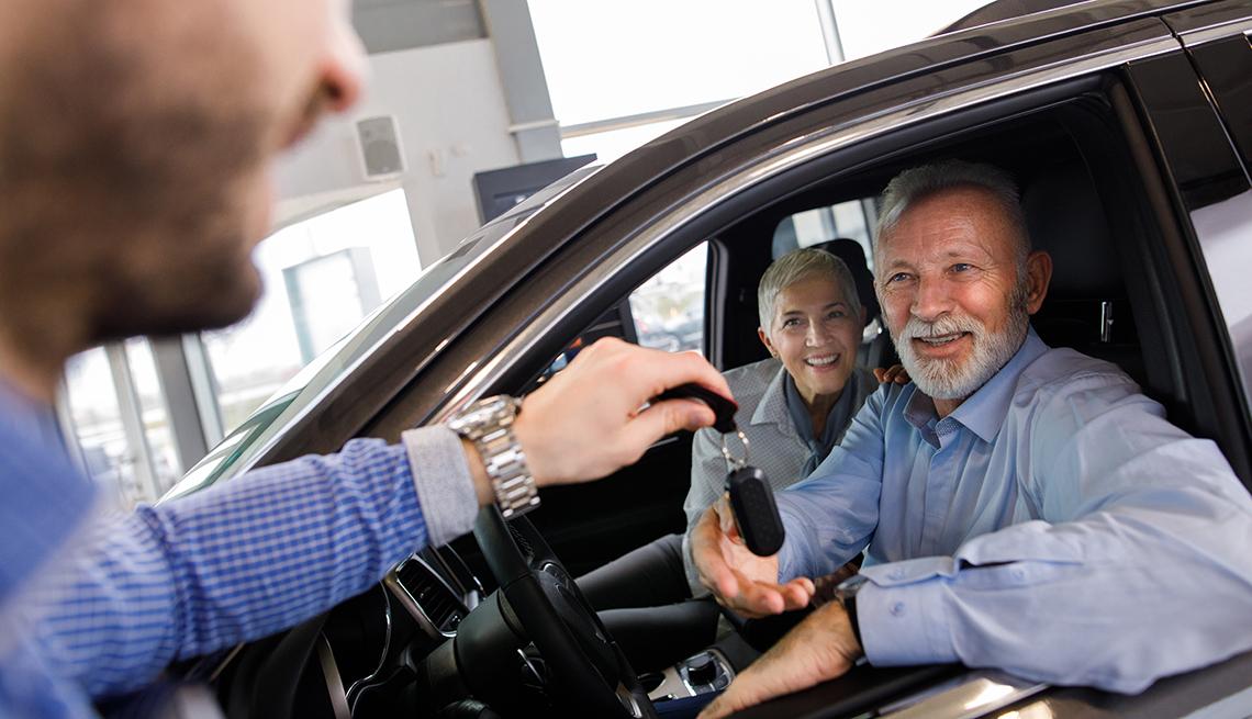 item 15 of Gallery image - Pareja sentada en un auto nuevo mientras recibe las llaves