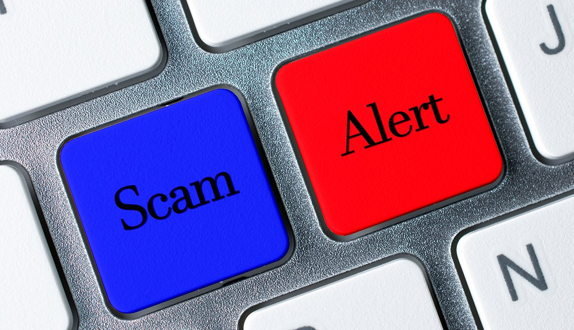 botones en un teclado que dicen estafa y fraude en inglés