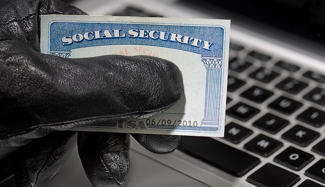 Ladrón sostiene en la mano una tarjeta del Seguro Social