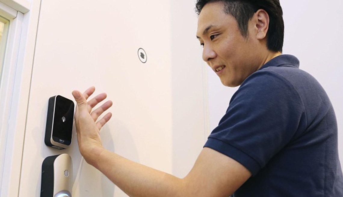 Un hombre usa un chip implantado en su mano para abrir una puerta