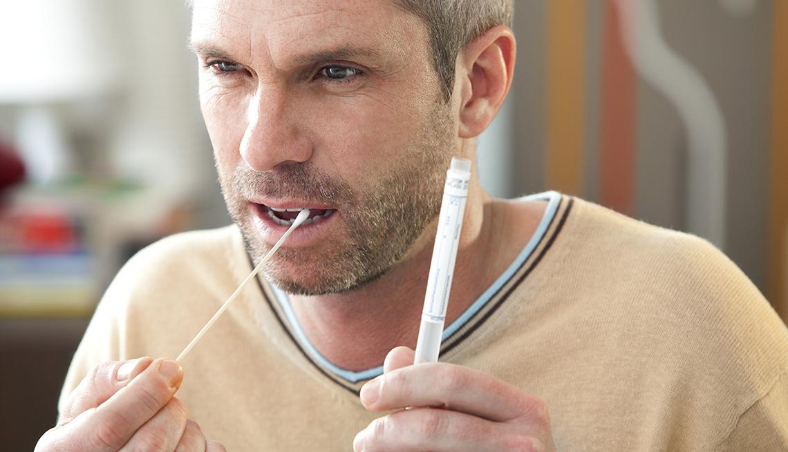 Hombre toma una muestra de ADN de su boca