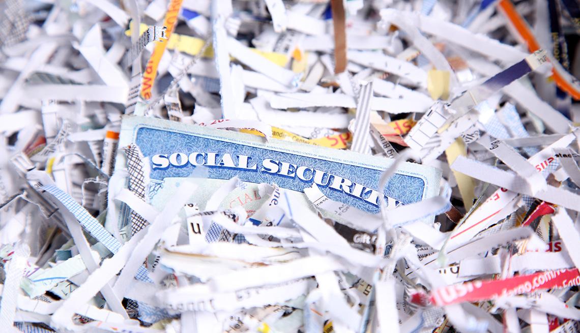 Tarjeta de Seguro Social en medio de papel picado