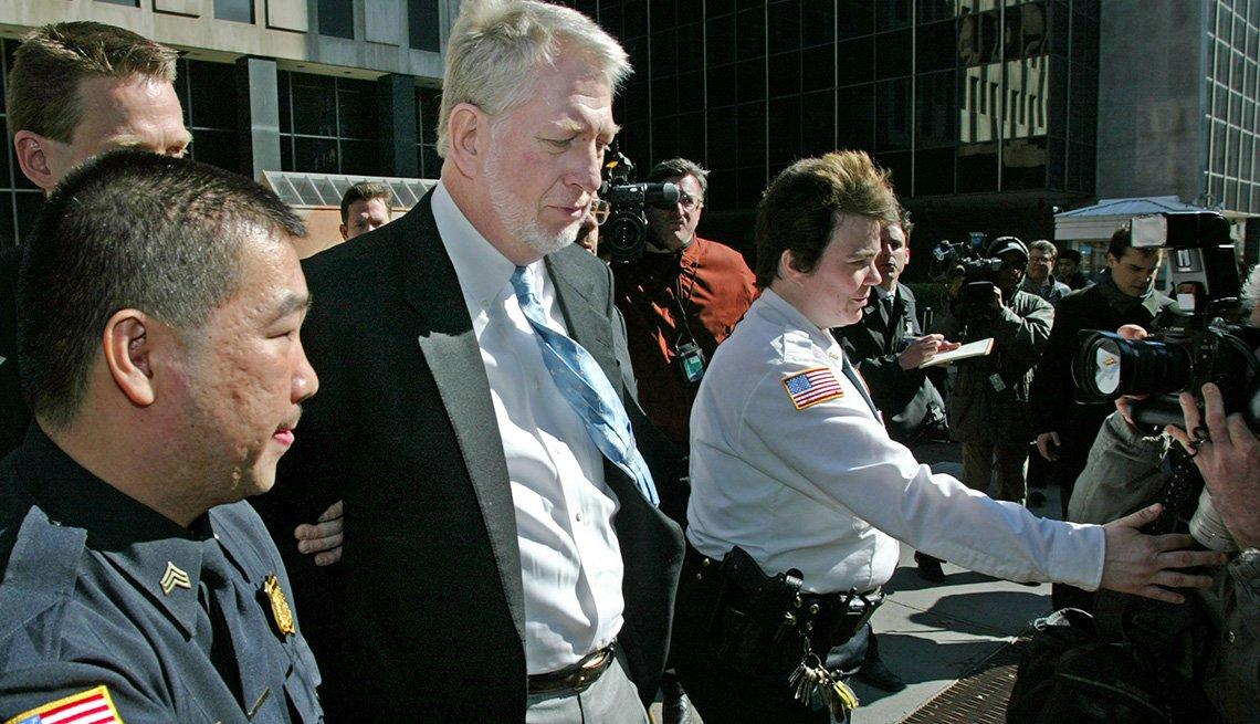El exejecutivo Bernie Ebbers a la salida de un edificio del gobierno federal en Nueva York, marzo 3, 2004.