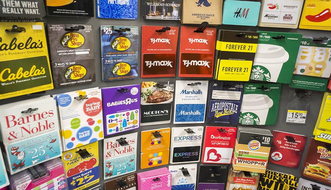 Estante con tarjetas de regalo de varias tiendas