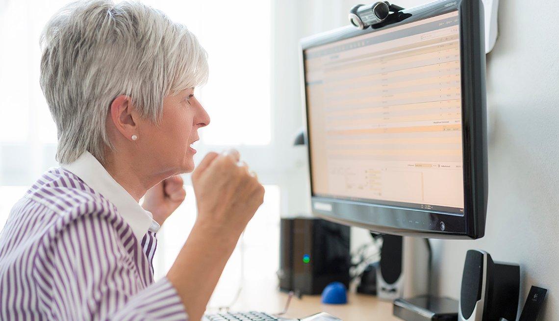 Mujer viendo al monitor de su computadora