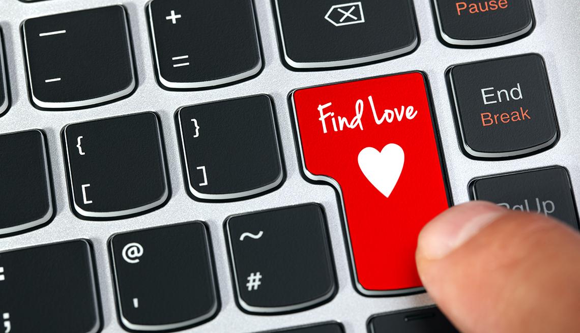 Teclado de computadora con una tecla que dice encuentra el amor y un corazón.