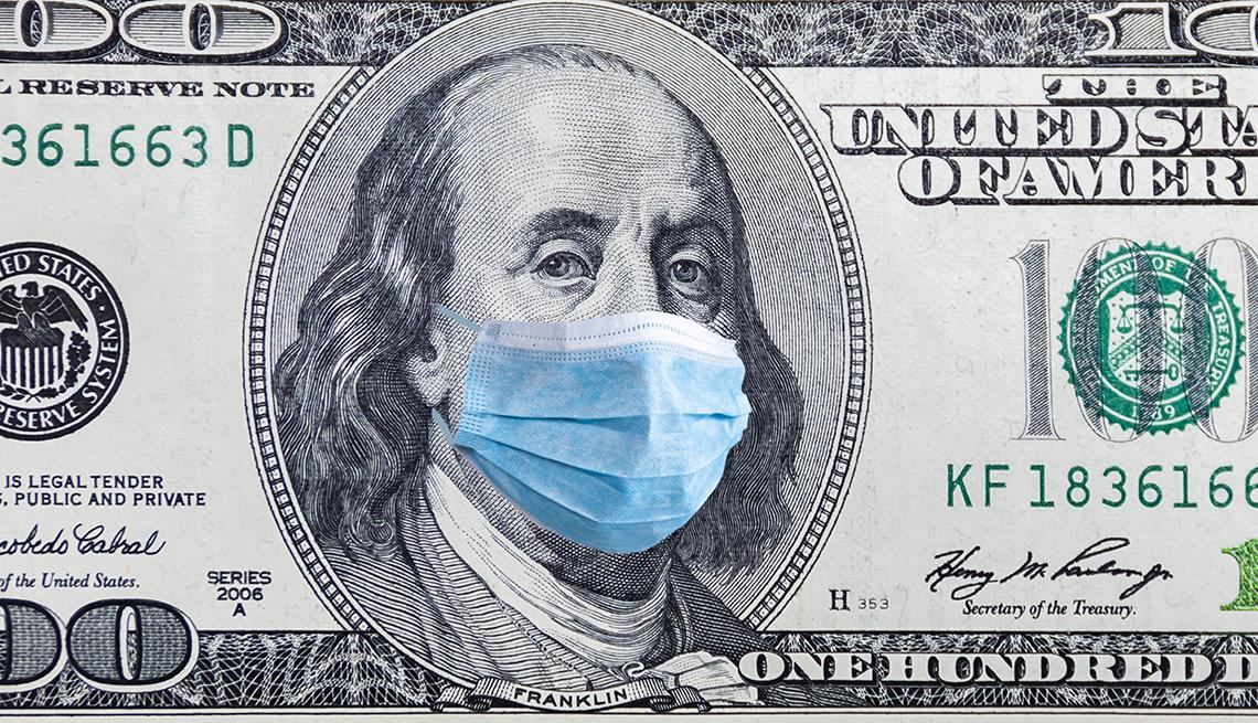 Billete de 100 dólares con una mascarilla.