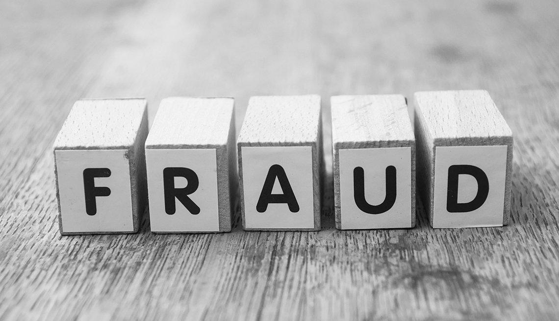 Letras en cubos de madera que dicen fraude