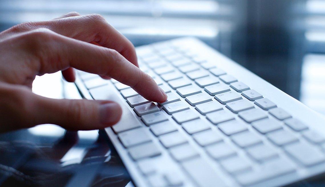 Mano sobre un teclado de computador