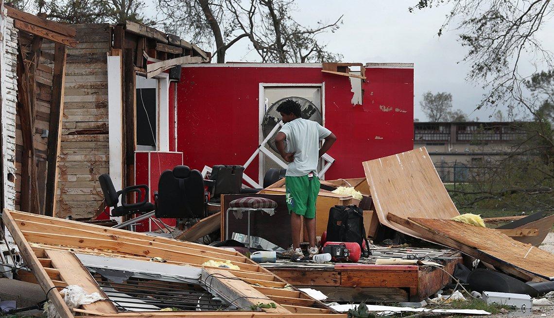 James Sonya mira lo que quedó del negocio de sus tíos después del paso del huracán Laura por Lake Charles, Louisiana, agosto 27, 2020.