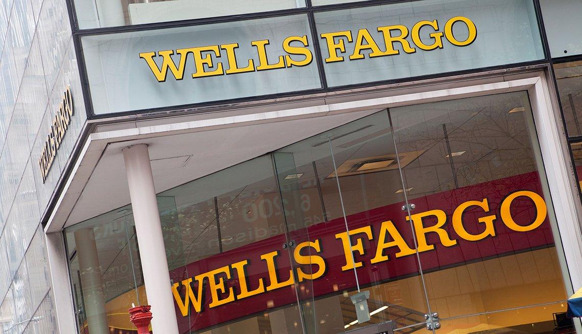 Entrada al banco Wells Fargo en la avenida Quinta, Manhattan, Ciudad de New York