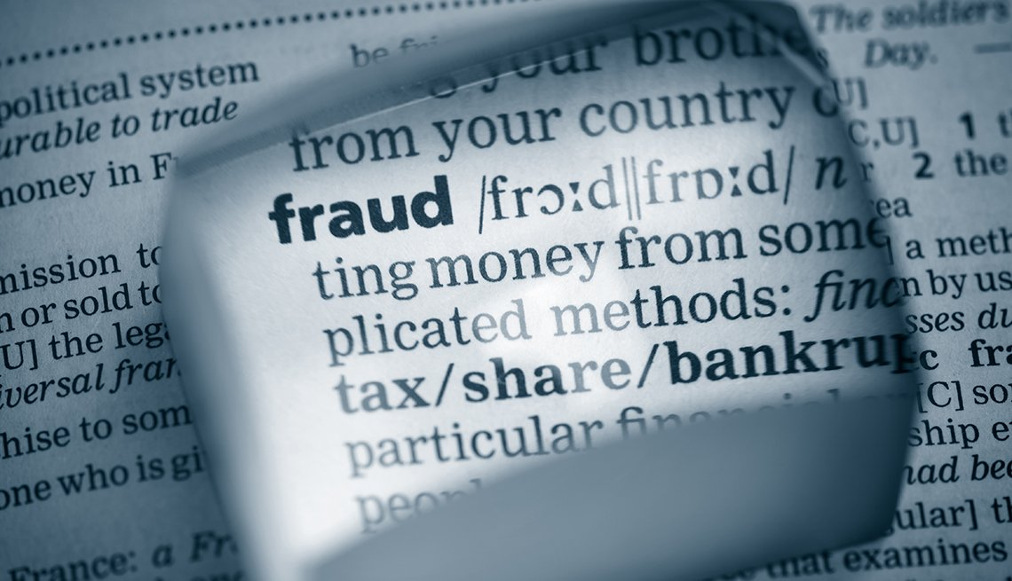 Parte de un diccionario resaltada donde está la definición de fraude.