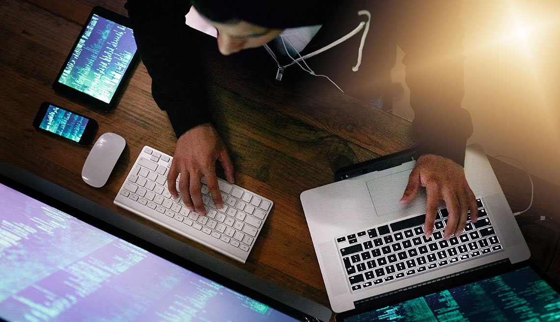 Hombre trabajando en dos computadoras