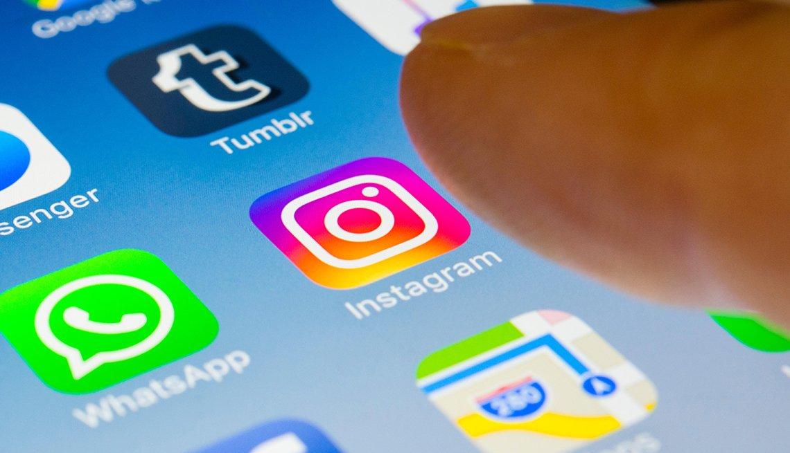 Teléfono inteligente que muestra aplicaciones como Instagram, WhatsApp, Tumblr y Maps de Apple.