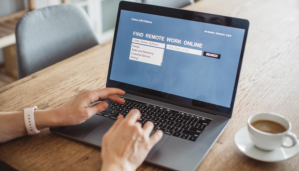 Manos de una mujer haciendo una búsqueda en internet desde su computadora.