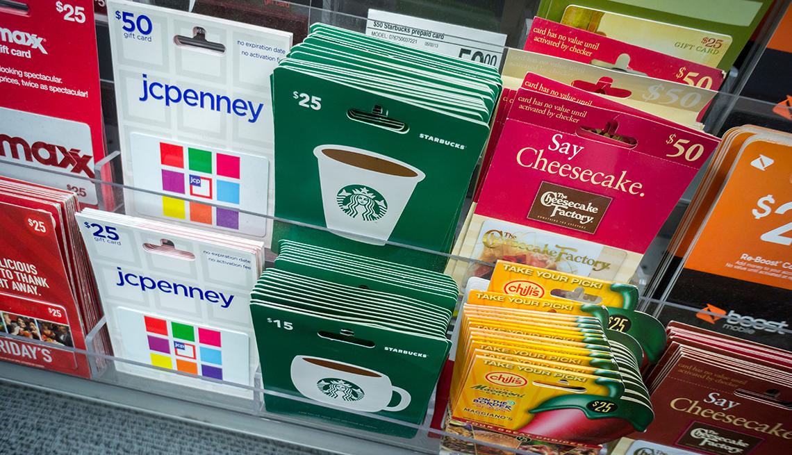 Selección de tarjetas de regalo de diferentes tiendas en un almacén en Nueva York.