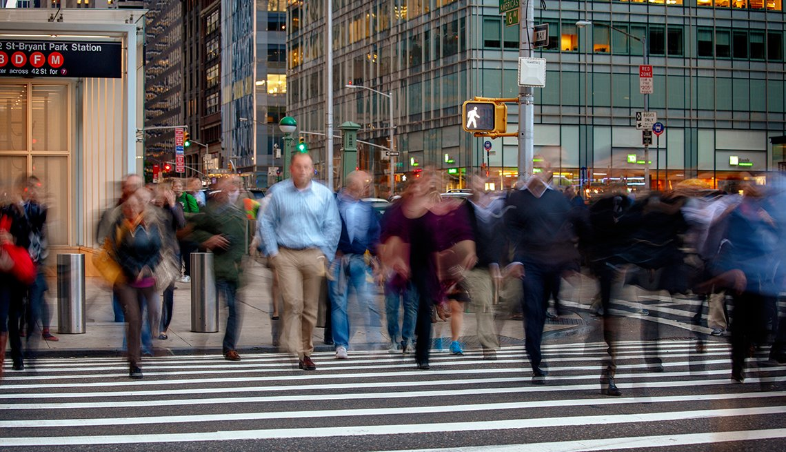 Esquina de la Avenida Sexta y la calle 42, Manhattan, Nueva York, con transeúntes cruzando sobre la zebra.