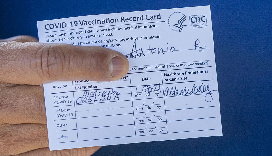 Ex alcalde de Los Ángeles Antonio Villaraigosa muestra su tarjeta de la vacuna contra la covid después de recibir su primera dosis